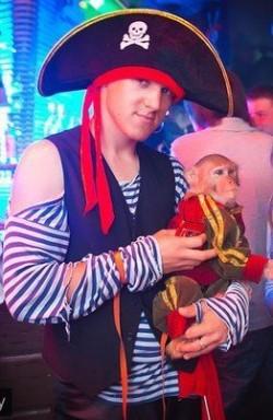 Фотосессия с обезьянкой и попугаем ара